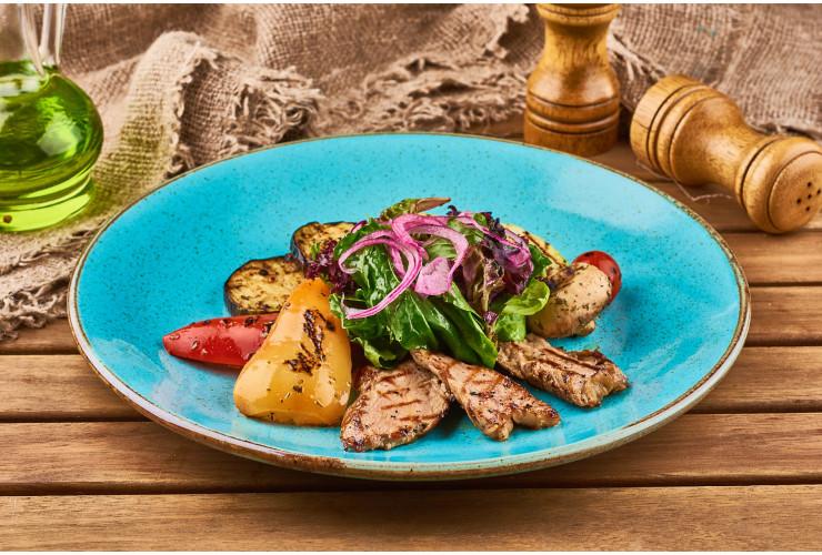 Фирменный салат-гриль из мяса с овощами от шеф-повара