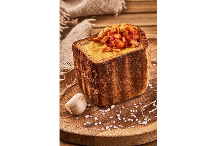 Гороховый суп с копченостями в хлебном горшочке