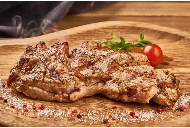 Рубленый стейк из баранины с гарниром из картофеля по-деревенски и домашней аджикой